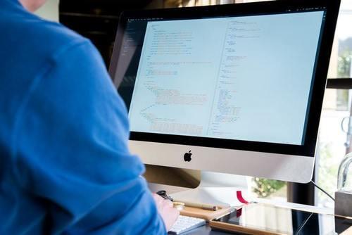 Tehokas iMac-tietokone hotellin varausjärjestelmän käyttöön